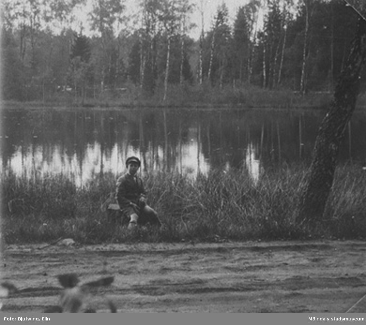 """Lars """"Lasse"""" Andersson vid en sjö, 1930-talets början. Han är son till Elisabet och Oskar Andersson. Fotografen Elin var lillasyster till Oskar Andersson, givaren Brittas morfar."""