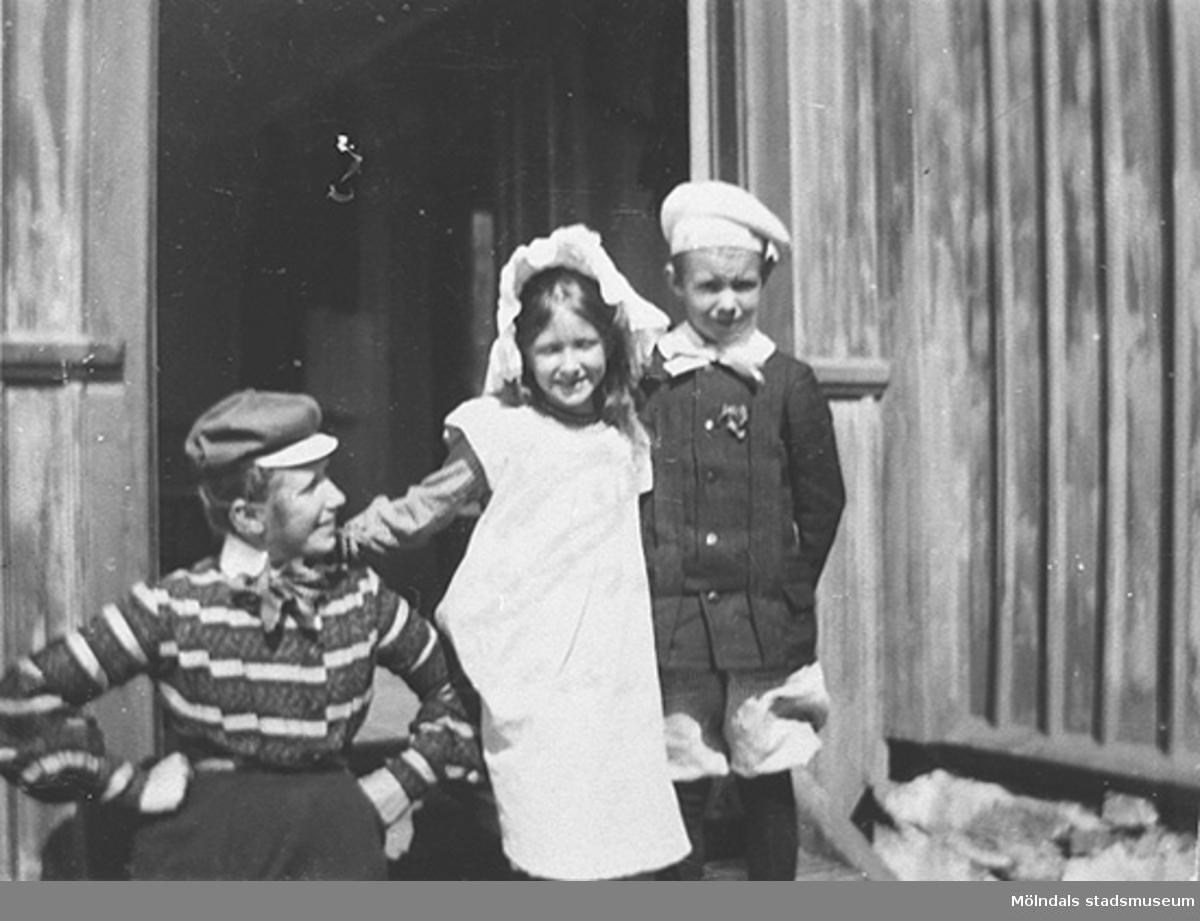 Familjen Wockarts från Göteborg är sommargäster på Alfreds gård, Högen (Backen 2:3), ca 1900.