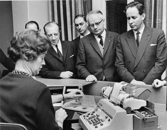 För riksdagens bevillningsutskott demonstreras prototypen av den nya kassaregistermaskinen.  Foton 18/11 1965.  Maskinen tillverkas av AB Addo och skall sättas in på prov på postkontoret Malmö 8, december 1965.