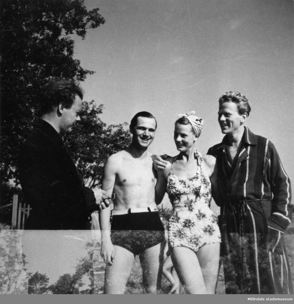"""Från vänster står den kände pianisten Karl Erik """"Räpa"""" Eriksson, sångerskan Kerstin Bergström (dåtidens Lillbabs) samt Klas Alberts (son till Karl Alberts), 1940-tal."""