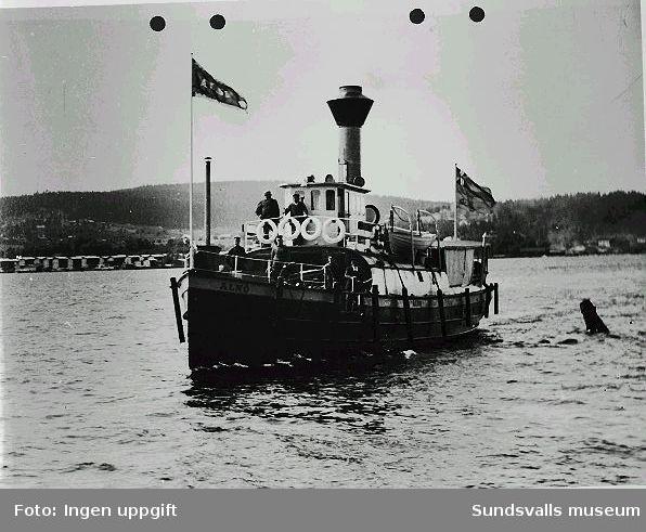 """""""En omtyckt """"arbetarbåt"""" Alnö, som två gånger om dagen trafikerade traden  Sundsvall-Alnön, 1904"""""""