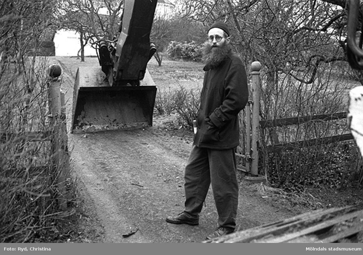 Yngeredsfors kraft AB tvingades köpa tomt och hus sedan de hade byggt en kraftledning alltför nära tomten. Se rivningslov 1992-02-13. På denna bild ses Lars Gahrn.