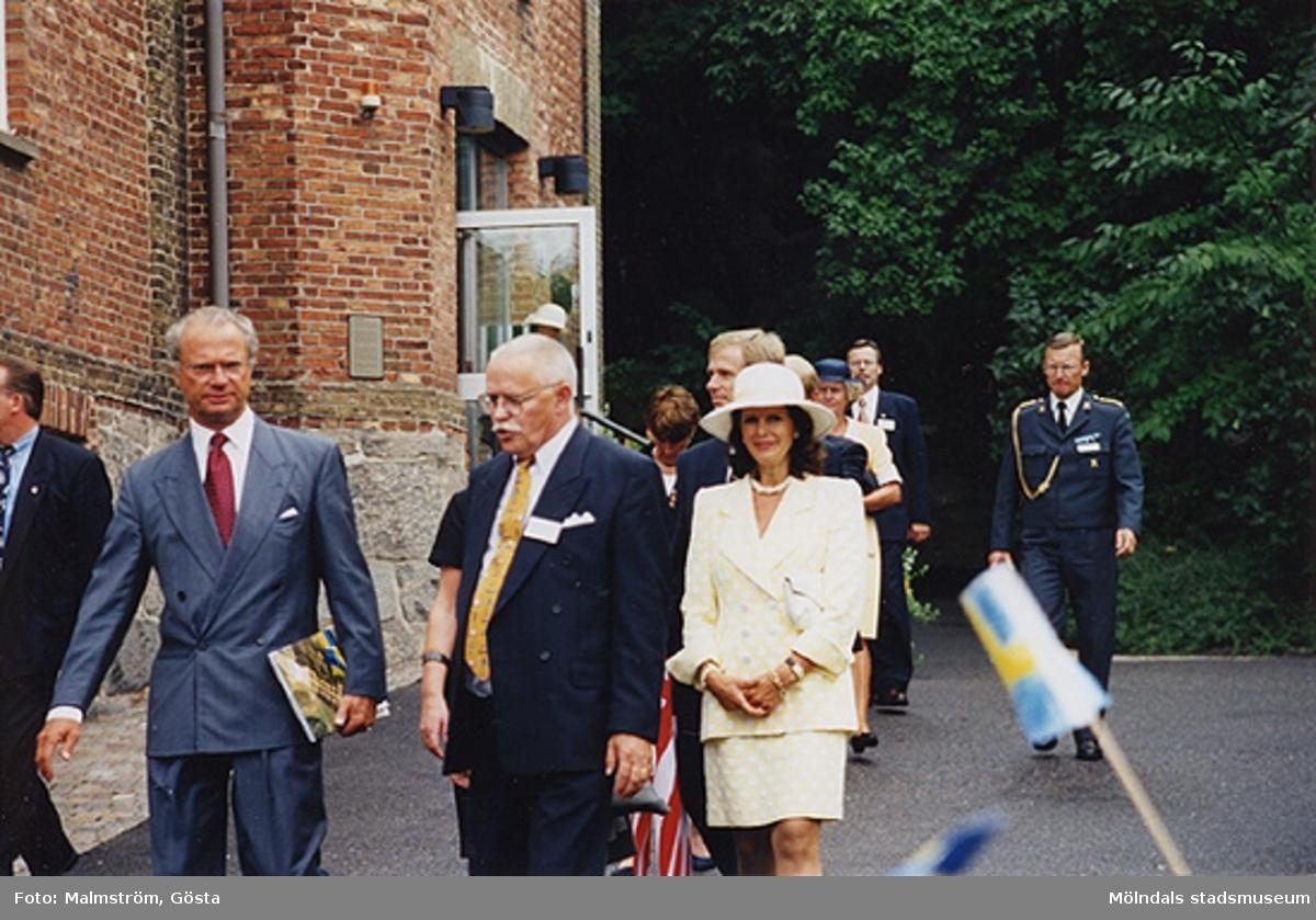 Besök av Kung Carl XVI Gustaf och Drottning Silvia på Mölndals Museum 1997-08-27 i samband med att Tjenstefolksbyggningen på Gunnebo slott invigdes. Mellan kungaparet ses kommunalrådet Bengt Odlöw. Bakom drottningens hatt ses kulturchefen Karl-Gunnar Nordanstad.