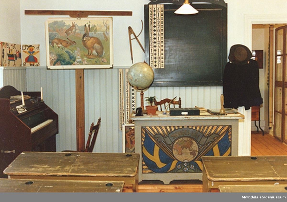 """Utställningen """"Lära för livet"""" 12 mars 1988 - 19 mars 1989 på Mölndals museum.Skolsal cirka 1910-1930-tal."""