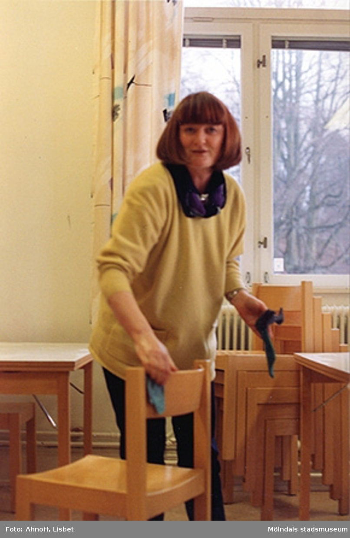 Museichef Mari-Louise Olsson tvättar stolar. Mölndals museum, 1993.