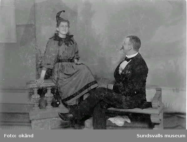 """Hulda och John Wessblad  i """"Tomtarnas bazar"""" å Stadshussalongen 16 mars 1895"""