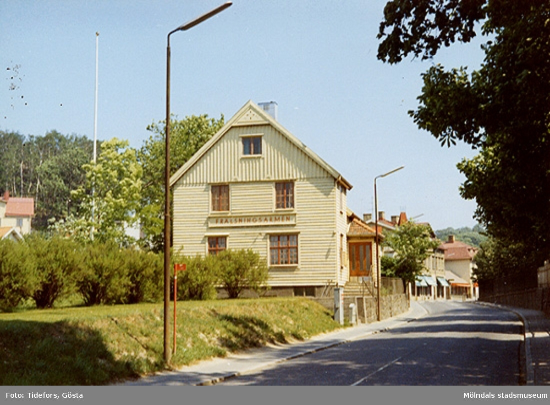 Huset låg mitt emot Papyrus lilla port. I bakgrunden ses de nedfällda markiserna till Sven Ahlin Herrekipering på Kvarnbygatan 25 (Frituna). 1960-tal.