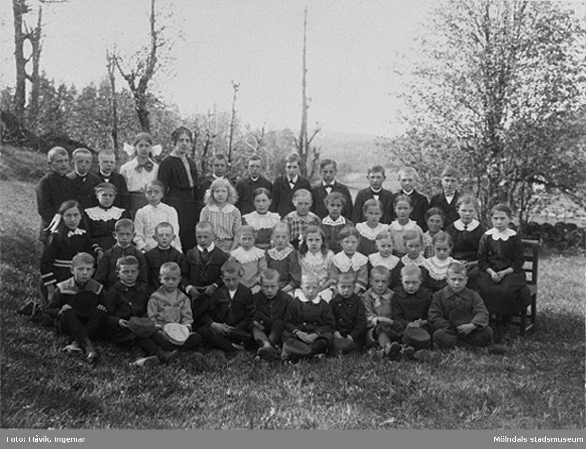 Klasserna 1-5 samt lärarinnan Elna Helander. Nyutexaminerade EH kom till Eskilsbyskolan 1914.Elna var mor till gåvolämnaren Ingemar Håvik.