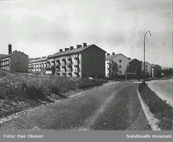 """Text: """"Sundsvallshem, en stad i staden liggande ute på nackstavretarna"""". Hyreshusområdet Vinkeltået."""