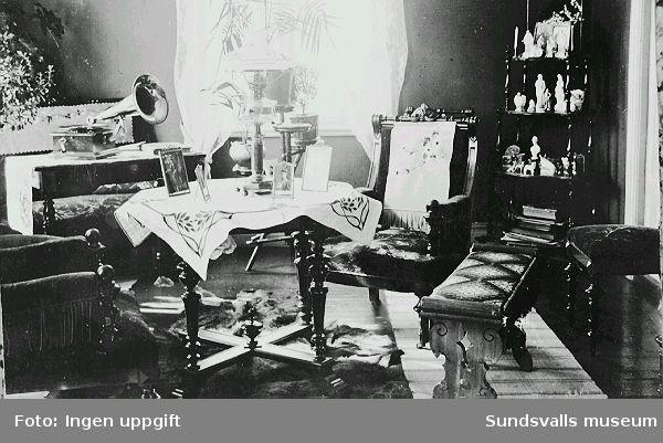 Interiör från disponentvillan i Juniskär, som vid denna tid beboddes av det norska paret Jacob och Inger Jensen och deras med tiden fem barn.