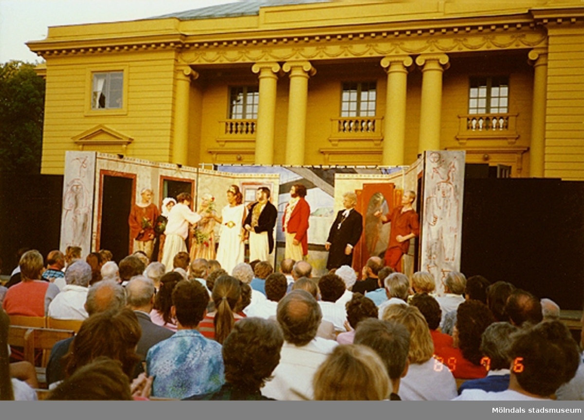 Föreställningen är slut och skådespelarna avtackas med varsin blomma.