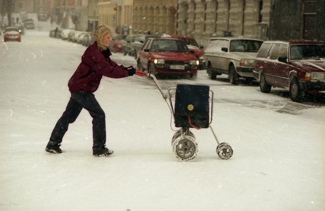 Brevbärare Susanne Tenggren vid Stockholm 17 delar ut post på Timmermansgatan en snöig dag i januari
