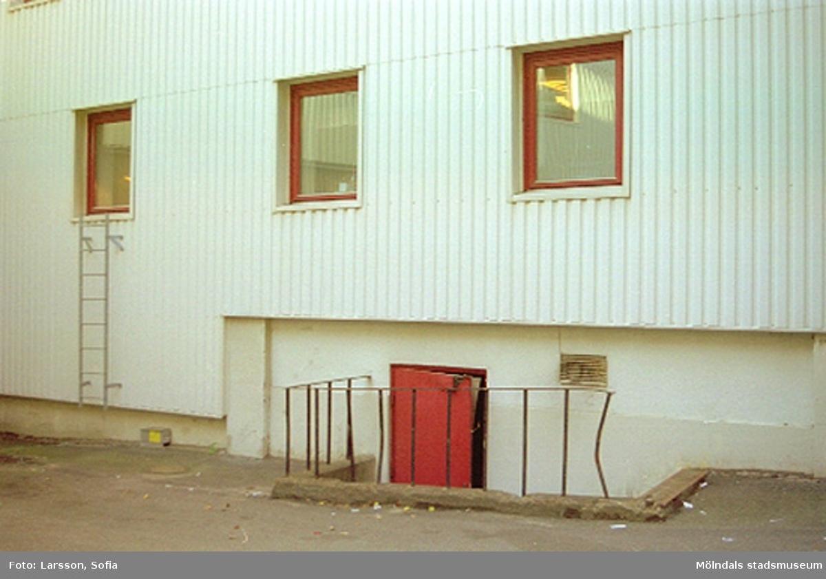 Man ser tre fönster och en källartrappa omgärdad av staket, Papyrus/Stora Enso.