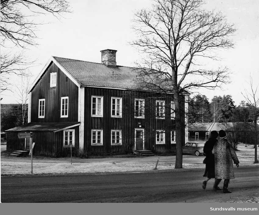 Fastighet längs Bruksgatan i Matfors 1975.