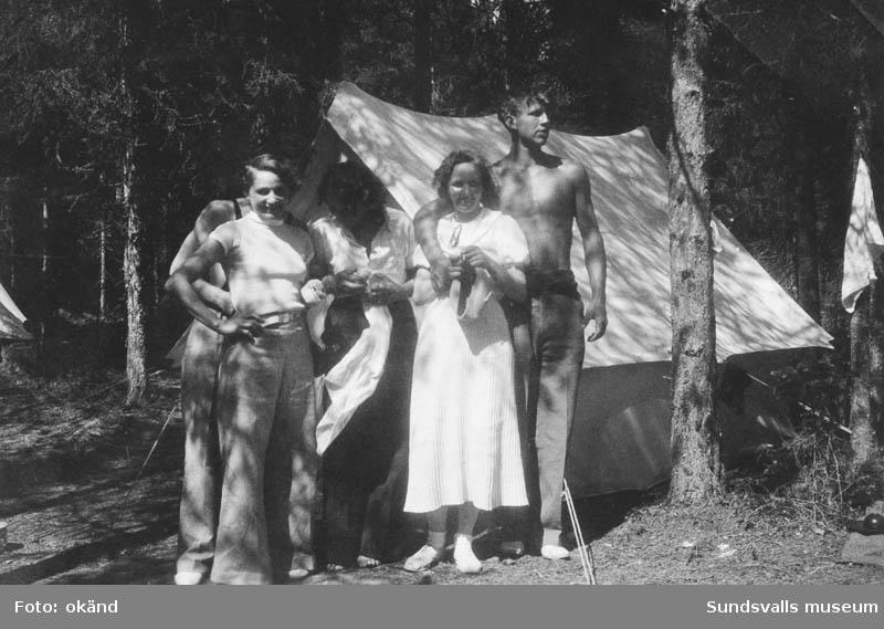 Gruppfoto framför tälten i skogsbrynet i Tranviken. Från v. Helfrid Lindqvist,  Bengt Söderström och Gunborg Lindqvist samt Barbro Sjödin  och hennes fästman Viktor Lindqvist.