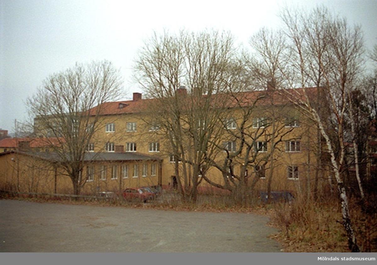 Byggnadsdokumentation av Häradsgatan 1, oktober 1998 - januari 1999. Huset var tidigare elevbostad till verkstadsskolan/yrkesskolan på Terrakottagatan. Blev senare kontor.