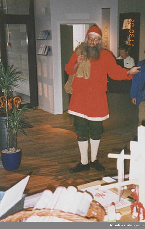 Invigningen på Mölndals museum 2002-11-30.Lars Gahrn, utklädd till tomte, välkomnar i huvudentrén. Pia Persson ses i bakgrunden.Tomteutställningen: 30/11-02 - 1/1-03.