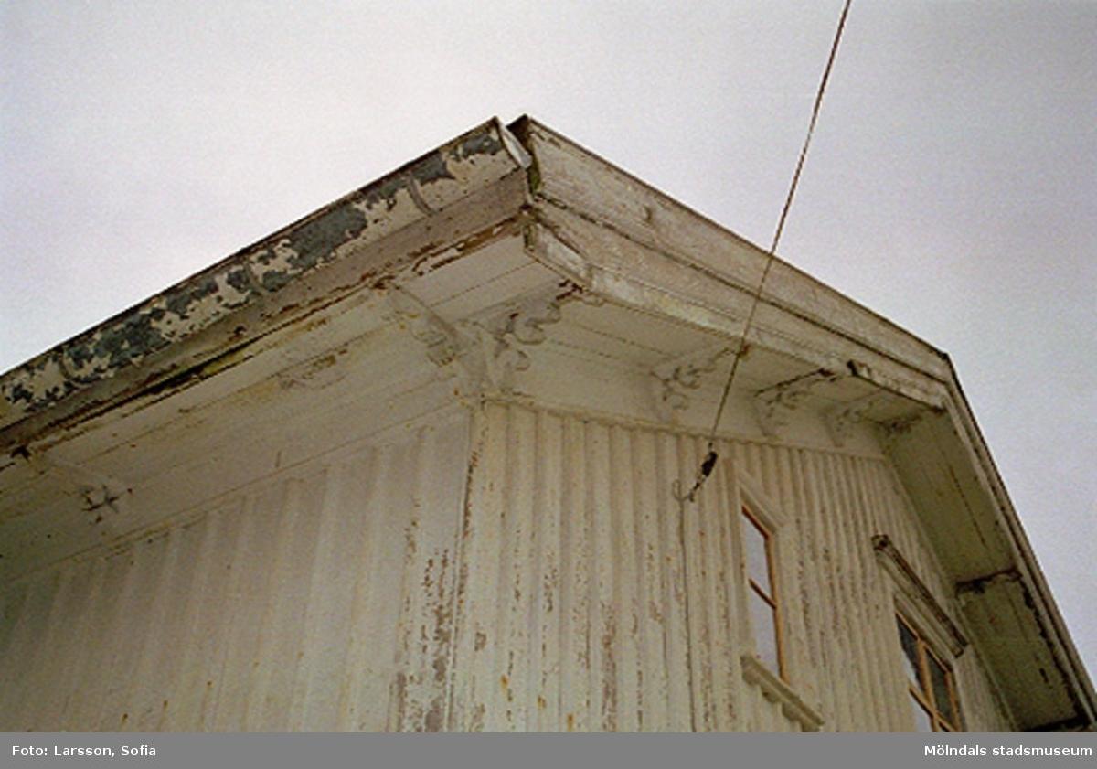 Vy upp mot väggar, tak och stupränna. Rivningsdokumentation.