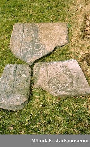 Gammal gravsten på Anders Karlssons tomt på Torkels väg i Dvärred, mars 1993.
