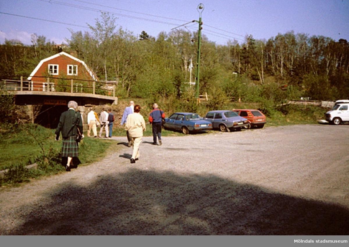 """En parkering. Samrådsgruppen promenerar i """"Övre Kvarnbyn"""" (Bettyholm mm) 1994-05-09."""