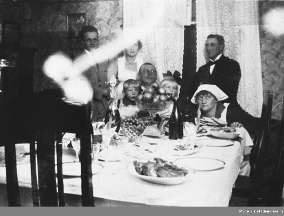Stretered, 1920-talet. Familjen Pamp har kalas. Herr Pamp arbetade på Stretered.Sittande från vänster: sonen Bertil, herr Pamp, dottern Gertrud, fru Olga och stående vännen Bruno BengtssonGivare är Karin Hansson f Pettersson.