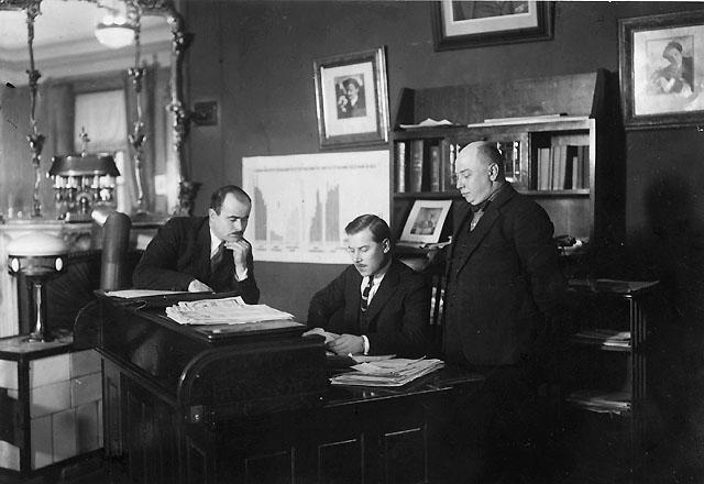 I mitten: chefen för centraposten till vänster: chefen för finansbyrån till höger: chefen för driftsbyrån