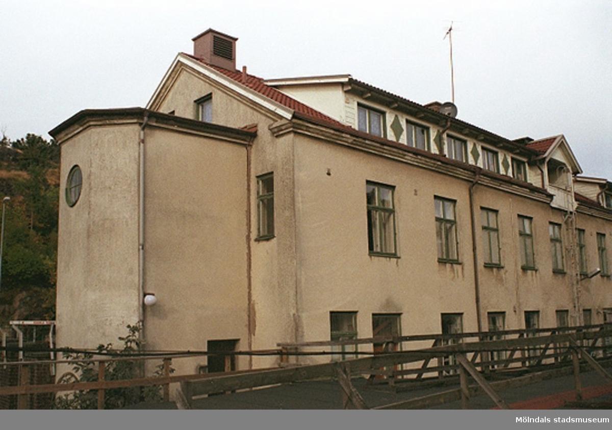 Bostadshus (byggnad 213) på Kvarnbygatan 4. Fastigheten och dess trapphus, fotograferad söderifrån mot baksidan, tillhör Papyrus och är fotad från dess område. Gamla torget ligger på andra sidan gatan (ej i bild). September-oktober 1998.