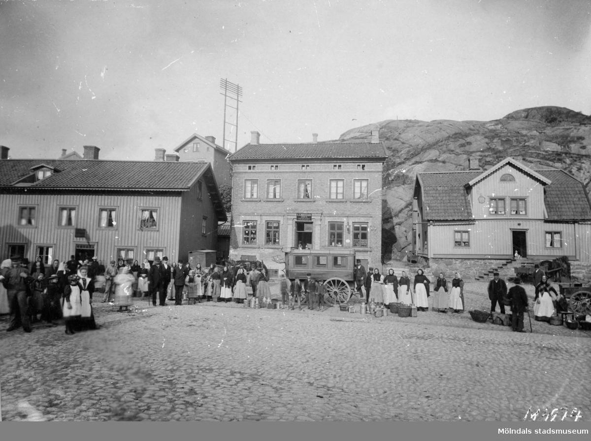 Gamla torget med bussar och torgfolk 1898. Viktualieföreningens hus i mitten (Kvarnbygatan 41).
