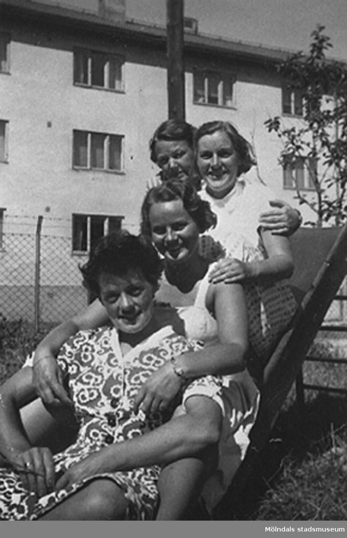 """Föreståndaren: Gunnel Kullenberg, bitr. föreståndaren: Margit Emilsson (gift Wannerberg -52), förskollärarna: Ingrid Andelius (gift Svedenbrandt) och Pierrette Petèr (gift Göhluer) och barnskötaren: Ruth Carlsson (gift Karlsson) sittande i en rutschkana. Krokslätts daghem, Dalhemsgatan 7 i Krokslätt 1948-1951.""""Vi fyra tjänstgjorde i den s.k. Villan som hade två avd, två lärare på varje avd.  Man arbetade 6 dagar i veckan, måndag till lördag.I huvudbyggnaden på andra vån. fanns personalbostad att hyra. Dit inbjöds våra vänner till party, även blivande fästmän. Ingrid träffade sin man där.Jag sammanförde också Pierrette och Åke som sedan gifte sig. Jag blev gudmor till deras dotter Christine, född 1957.""""                                                                       Enligt Margit Wannerberg."""