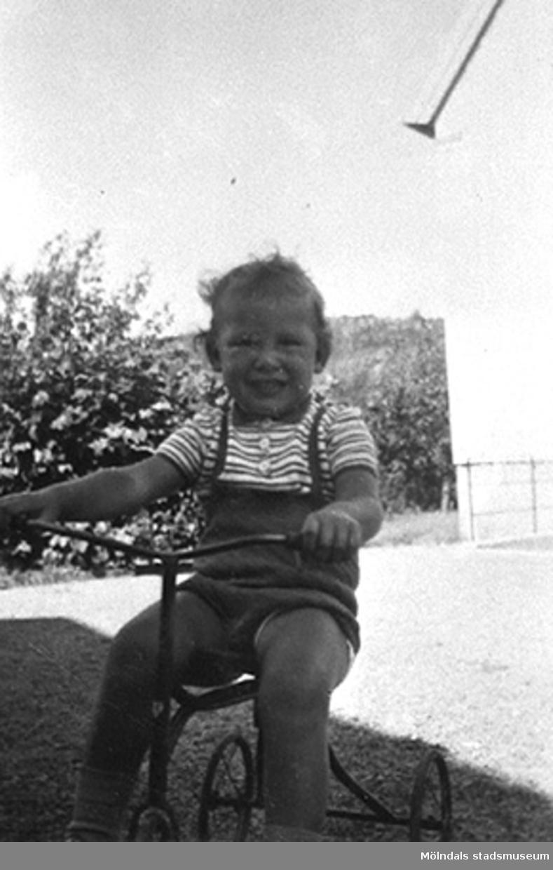 """Margits """"älsklingsbarn"""" Håkan Carlsson på Krokslätts daghem, Dalhemsgatan 7 i Krokslätt. Under Margits Emilssons (gift Wannerberg -52) praktik som biträde: 1945-10-01 - 1946-08-01.""""Håkans charm och hans rara föräldrar bidrog till att jag valde yrket, barnträdgårdslärarinna. Jag var otröstlig när jag skildes från Håkan - då jag slutade för att börja på seminariet.""""   Enligt Margit Wannerberg."""