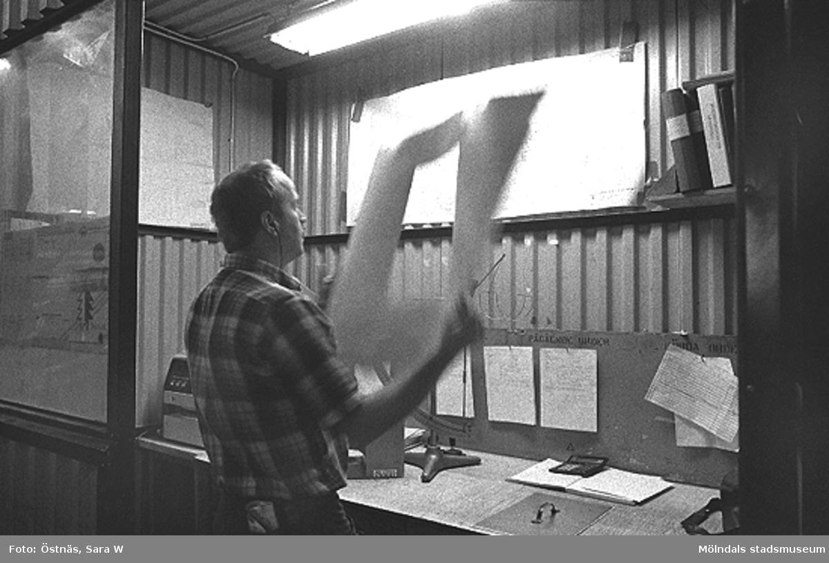 Thomas Lindell i arbete på pappersfabriken.Bilden ingår i serie från produktion och interiör på pappersindustrin Papyrus, 1980-tal.