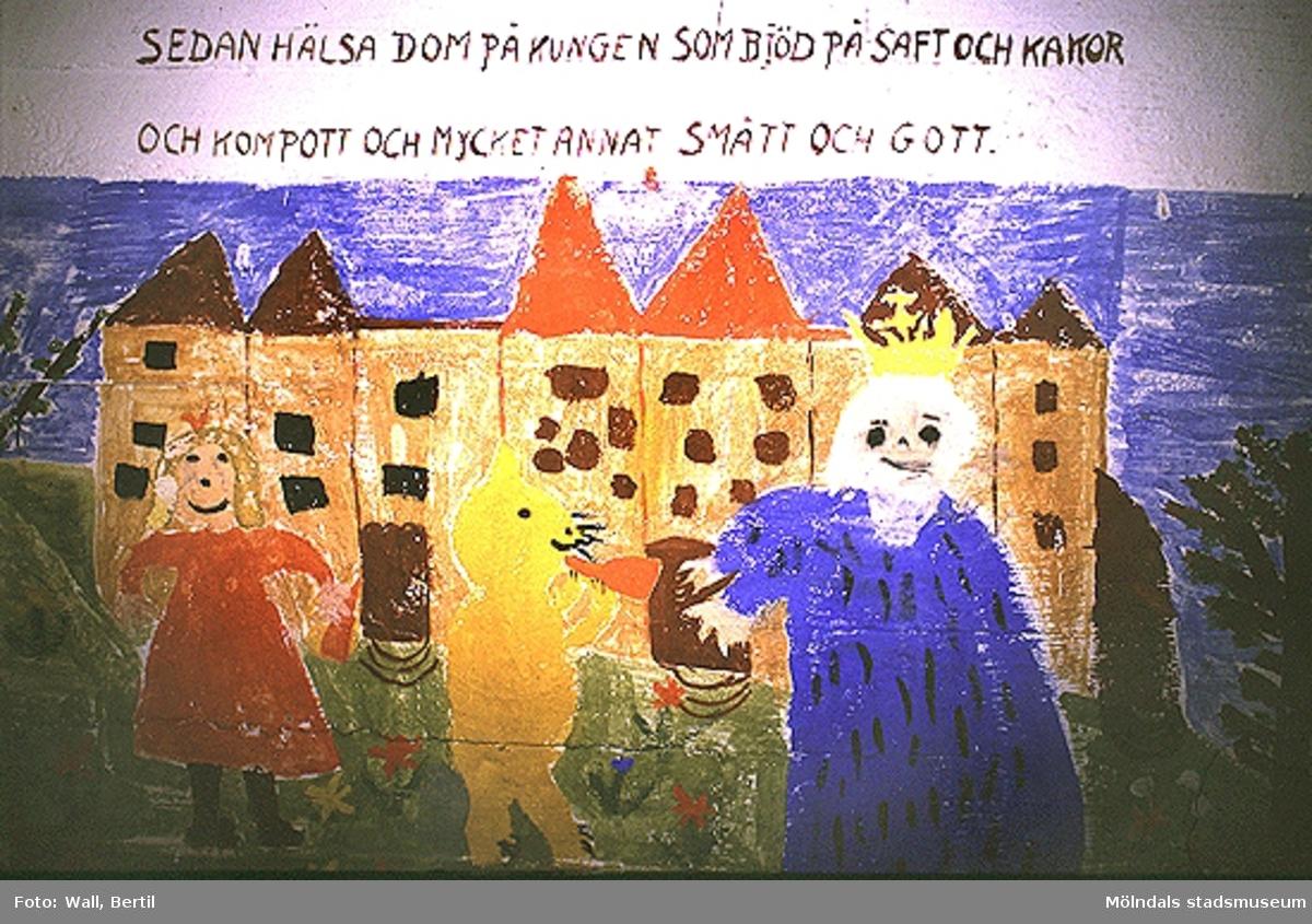 """Teckningar utförda av barn, 4-6 år, på Toltorpsdalens lekskolor, för utsmyckning av Lackarebäckshemmet. Motiven är hämtade ur olika, välkända sagor, som Arosenius """"Kattresan"""", Elsa Beskows sagor om """"Tant Brun, Tant Grön och Tant Gredelin"""" och """"Tomtebobarnen""""."""