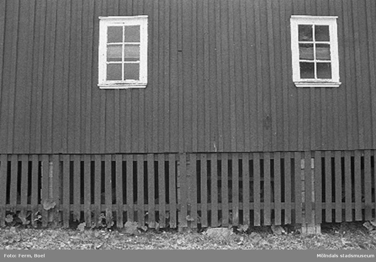 Vägg av ladugården.Hembygdsgården/Börjesgården i Hällesåker, Lindome 1992-06-29.