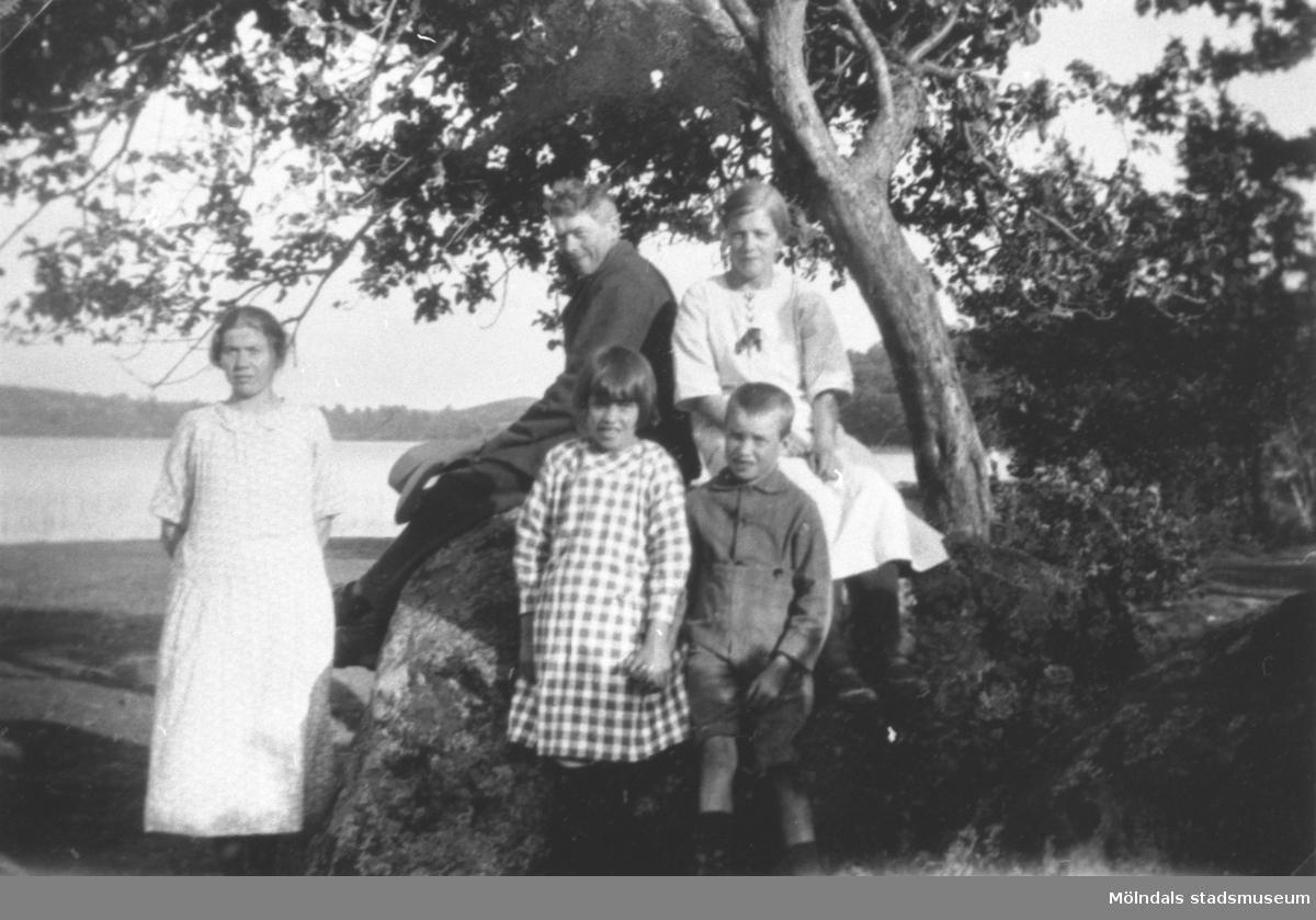 Familj som arbetade på Sterered sitter vid Tulebosjön.