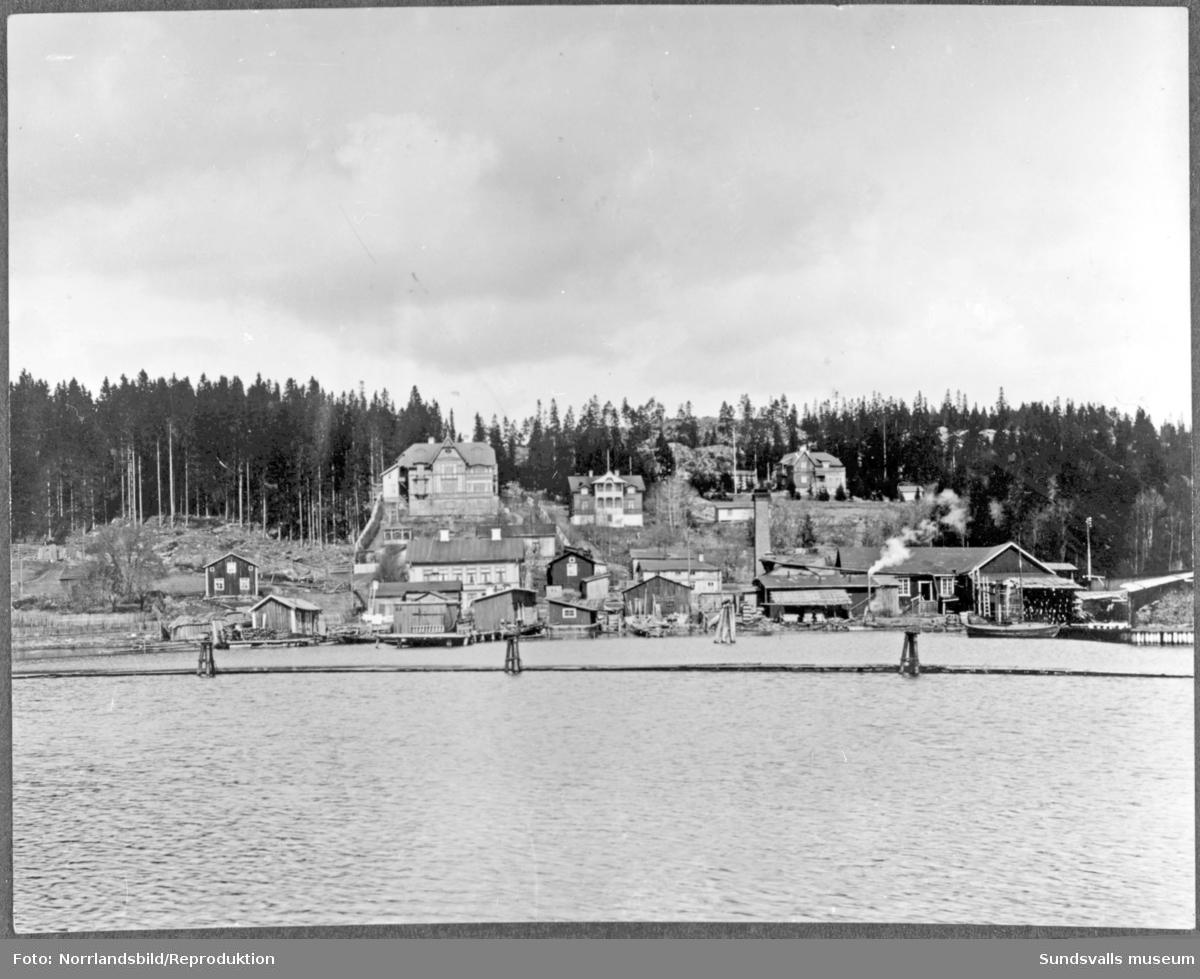 Vy från Petersvik med lämningar från glasbruket och senare lådfabrik nere till höger. Glasbruket var i drift mellan 1895 till 1898.