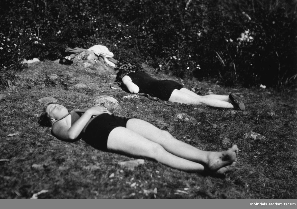 Två kvinnor ligger och solar ev. vid Tulebosjön, cirka 1930.