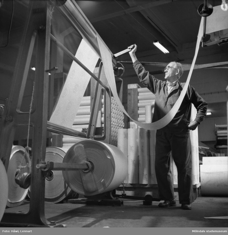 Man i arbete vid rullmaskin nr 5 på Papyrus i Mölndal, 6/5 1955.