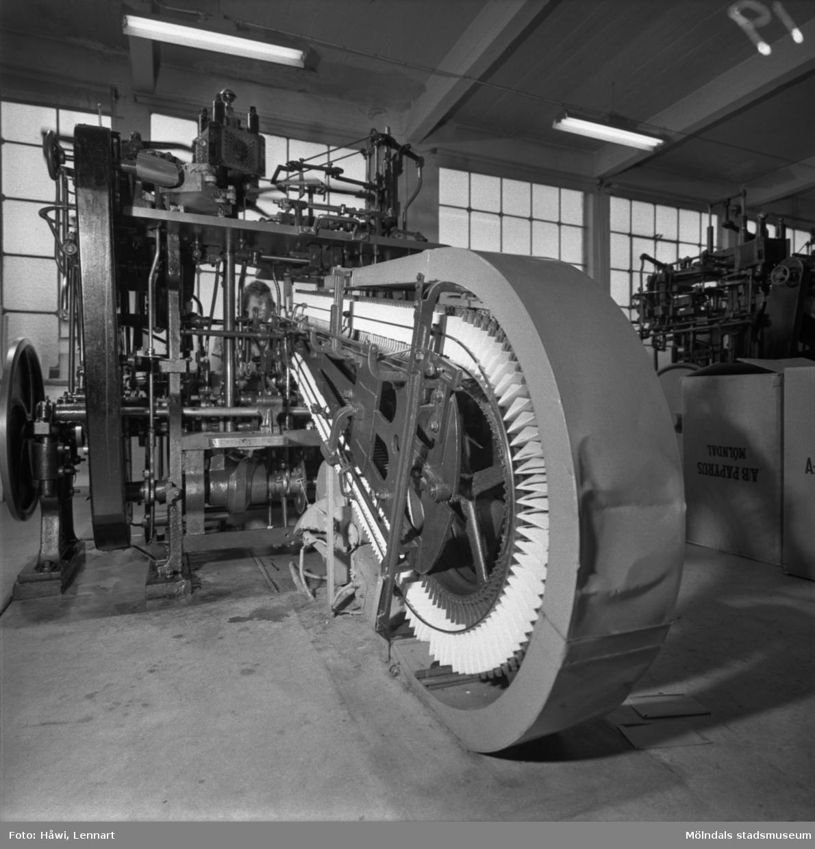 Kvinna i arbete vid maskin på Papyrus i Mölndal, 13/5 1955.