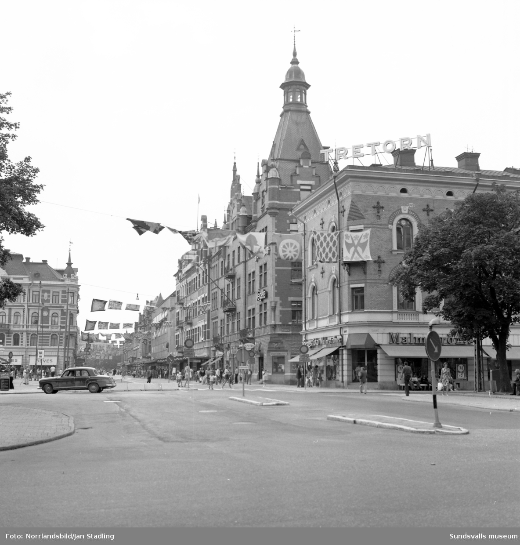 Sommarbilder från Stenstaden. Storgatan, torget, kyrkan.
