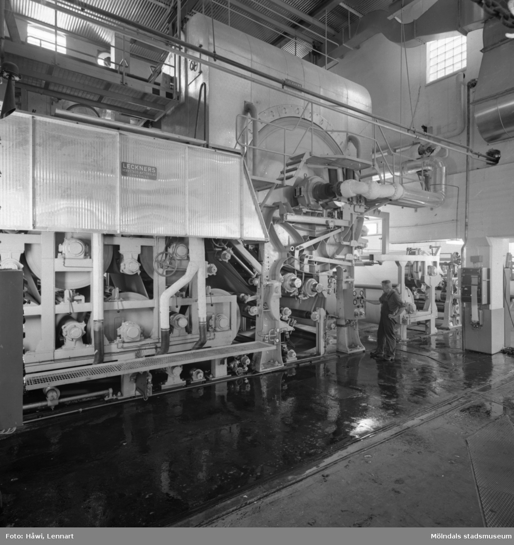 Man i arbete vid PM6, bestrykningsmaskin nr 1 på Papyrus i Mölndal, 8/9 1964.