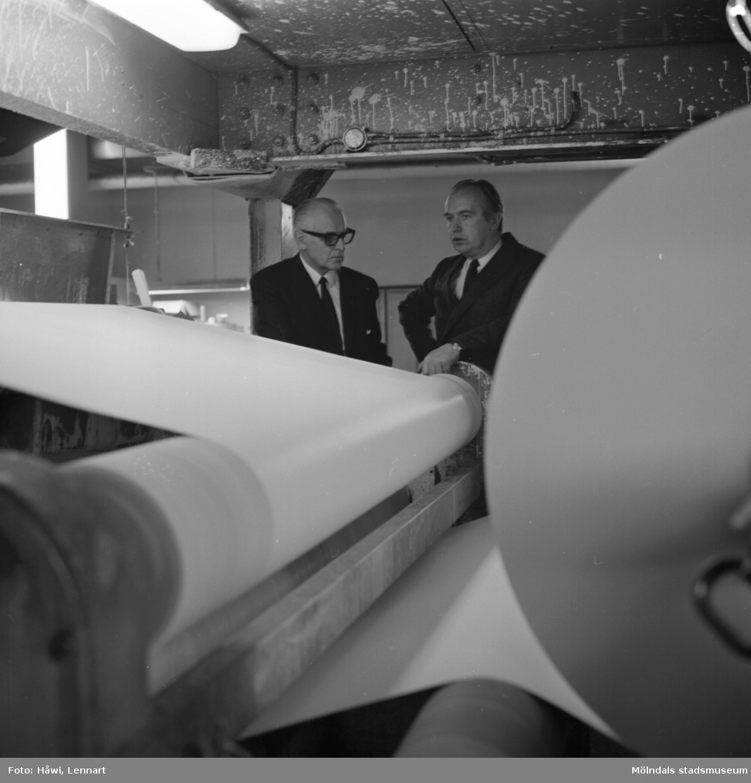 Papyrus direktör William Tibell och en annan man står vid maskin på Papyrus i Mölndal, 14/12 1970.