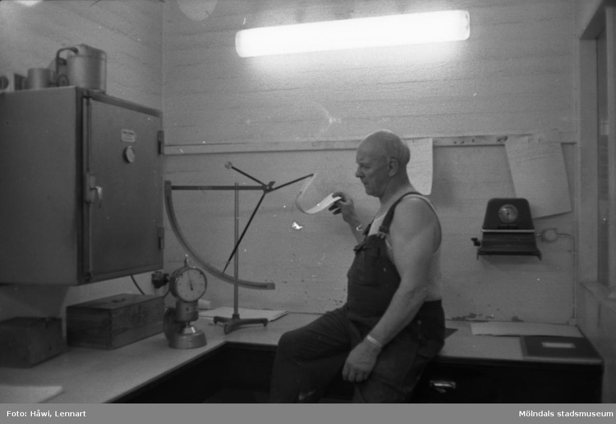 Man i arbete vid mätinstrument på Papyrus i Mölndal, hösten 1970.