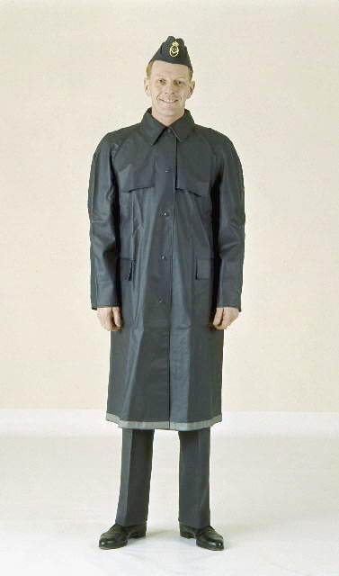 Brevbärare fotograferad iklädd regnrock. Bilden är införd i 1962 års beklädnadsreglemente. Regnrocken utgjore en skyddspersedel och tilldelades den uniformspliktiga tjänstemannen vid behov. Regnrocken är av plastbelagd bomullsväv.