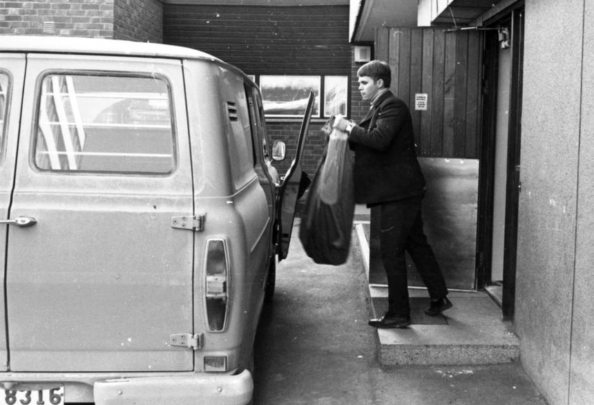 Chaufför Leif Pettersson lastar post i en Ford Transit skåpbil vid Postkontoret Vårby 1.