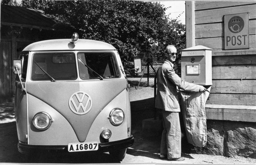 Chaufför Martin Bejlind tömmer brevlåda i gamla Ulriksdal. Bredvid en postbil av märket Volkswagen.Bejlind är klädd i Postens sommaruniform.