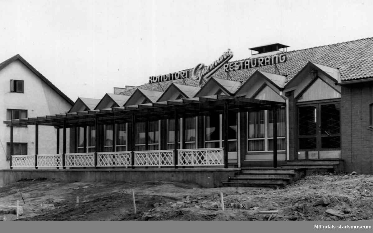 """Foto från """"Gunnars konditori"""", senare Sahlins terass, när huset inte var fullt inflyttningsbart. Fastigheten låg vid Storgatan/Frölundagatan och revs 2007."""