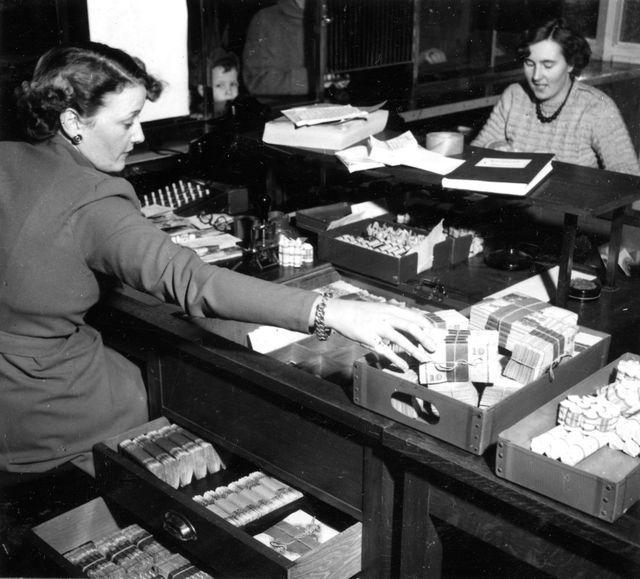 I utbetalningskassorna rör sig kassörerna med stora penningsummor.