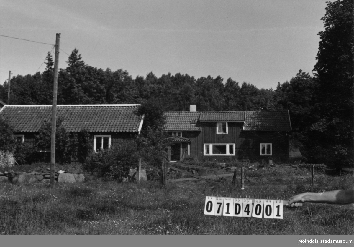 Byggnadsinventering i Lindome 1968. Dvärred 4:6. Hus nr: 071D4001. Benämning: permanent bostad + hus. Kvalitet: god. Material: trä. Övrigt: mycket vacker gård. Tillfartsväg: framkomlig.