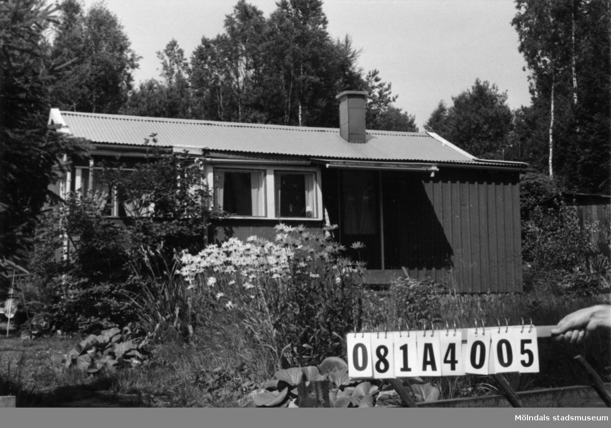 Byggnadsinventering i Lindome 1968. Skår 1:7. Hus nr: 081A4005. Benämning: fritidshus och två redskapsbodar. Kvalitet, fritidshus: mycket god Kvalitet, redskapsbodar: god. Material: trä. Tillfartsväg: framkomlig.