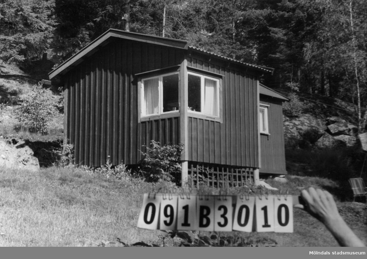 Byggnadsinventering i Lindome 1968. Dvärred (6:1). Hus nr: 091B3010. Benämning: fritidshus. Kvalitet: mindre god. Material: trä, masonit. Tillfartsväg: framkomlig.